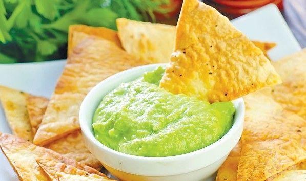 чипсы начос и соус из авокадо