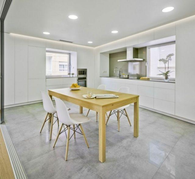 einbauküche-bodenfliesen-abgehängte-decke-lichtspots-weiß-massivholztisch.jpeg (640×588)