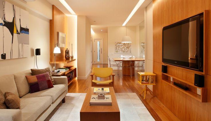 Em ambientes pequenos, painéis podem substituir pesadas estantes ou racks. Eles servem para acomodar a TV, mas também podem ter prateleiras para objetos.