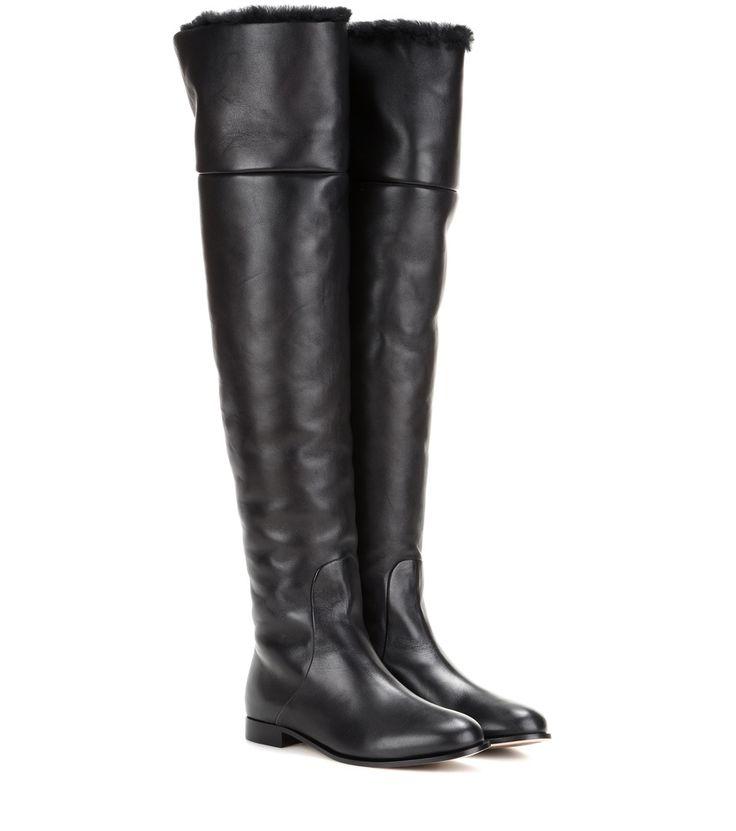 Wir haben Overknee-Stiefel Marshall aus Leder auf unsere Seite gepostet. Schaut euch an, was es sonst noch von Jimmy Choo gibt.