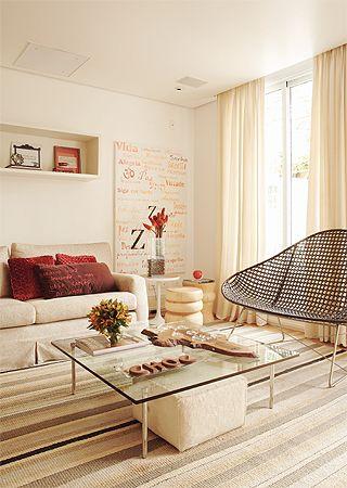 Cores claras, janelas aparentes e listras fazem com que a sala pareça maio