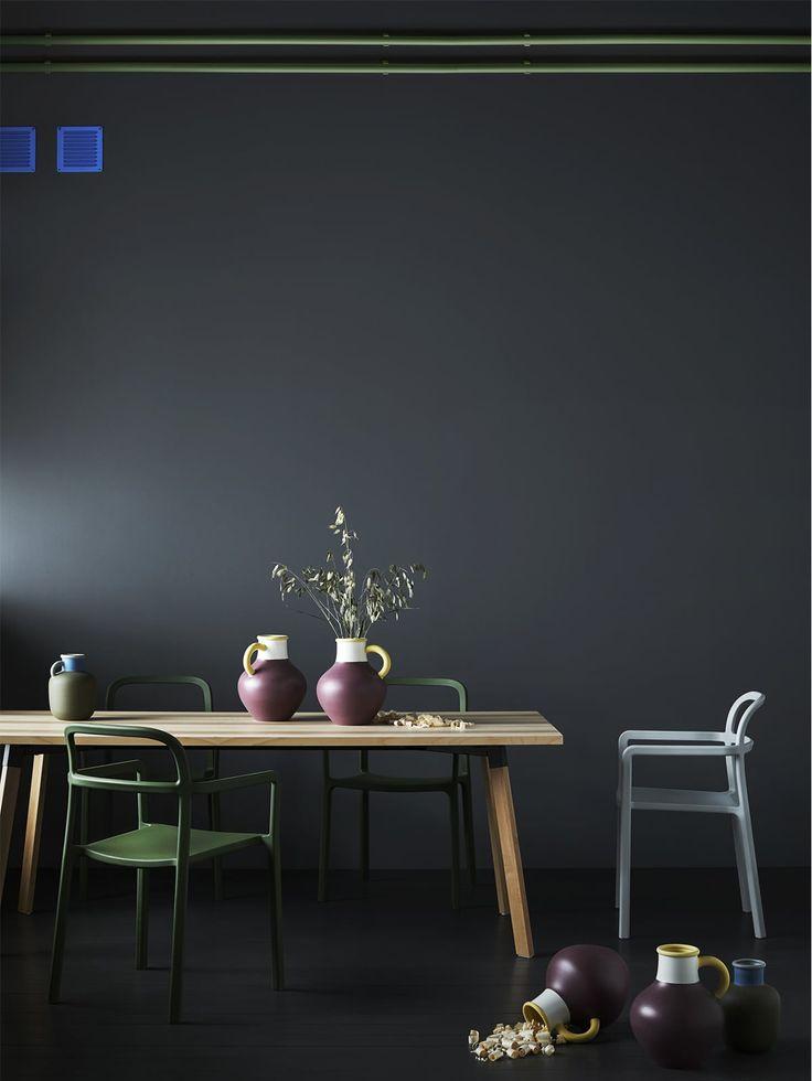 IKEA og HAYs nyeste YPPERLIG kollektion omfatter moderne stole og borde, bl.a. den sprøjtestøbte stol af plast.