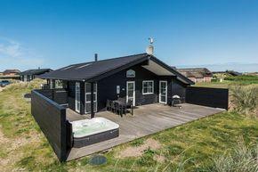 JM93: Gut bewertetes Ferienhaus für 8 Personen nah am Meer. 2 Badezimmer. Kaminofen. 2 Haustiere erlaubt. Ab 518 € pro Woche.