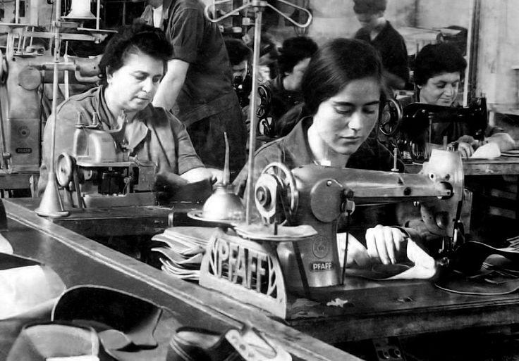 Εργάτριες της υποδηματοποιίας ΑΛΥΣΙΔΑ στη γραμμή παραγωγής