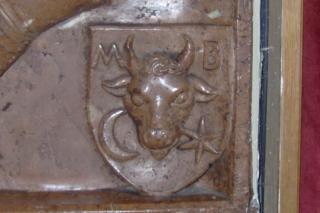 erb rodu Balašša. V erbe je vyobrazená hlava zubra. V dolnej časti zľava polmesiac a hviezda, v hornej časti sú iniciály MB.