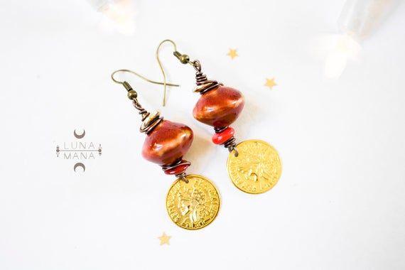 Boucles d'oreilles tribales ethniques rouge et dorée (perle céramique, fil métal enroulé, breloque recyclé, unique fait main), idée cadeau