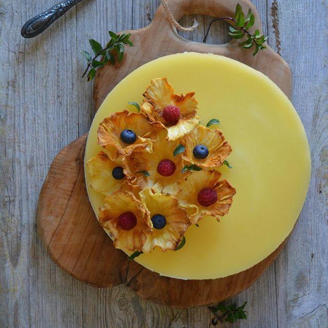 Tarta piña colada  con base de chocolate, mousse de coco y gelatina de piña. ➖➖➖➖➖➖➖➖➖➖➖➖➖➖ Pineapple colada cake  chocolate based , coconut mousse and pineapple jelly .  #foodstyling #foodart #beautifulcuisines #bestfoodworld #picoftheday #natural #nature #picture #love #foodphotografy #foodporn  #quiensepica_ajoscome #gastronomia #gastrovictims #foodie #top_food_of_instagram #foodgawker #thekitchn #food52 #tastespotting #food #cook #cuina @thefeedfeed #thefeedfeed  @foodblogfeed...