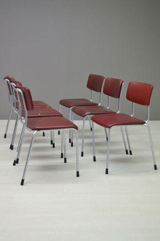 Een set van 5 Gispen stoelen in een rode skai. Ze moeten opnieuw bekleed worden. Setprijs. Door ons laten bekleden in een skai of Manchester ribstof, kost 100 euro per stoel extra.