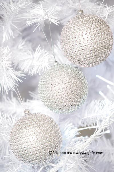 Originales et très tendances, ces boules ornées de faux strass apporteront une touche d'élégance à votre sapin.! #noel #fetes #decoration #table http://www.decodefete.com/boules-strass-argent-p-3769.html