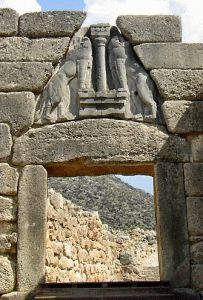 Porta dei Leoni; 1300 a.C. circa;  massiccio architrave sormontato da una grande lastra triangolare con due leoni; Micene.