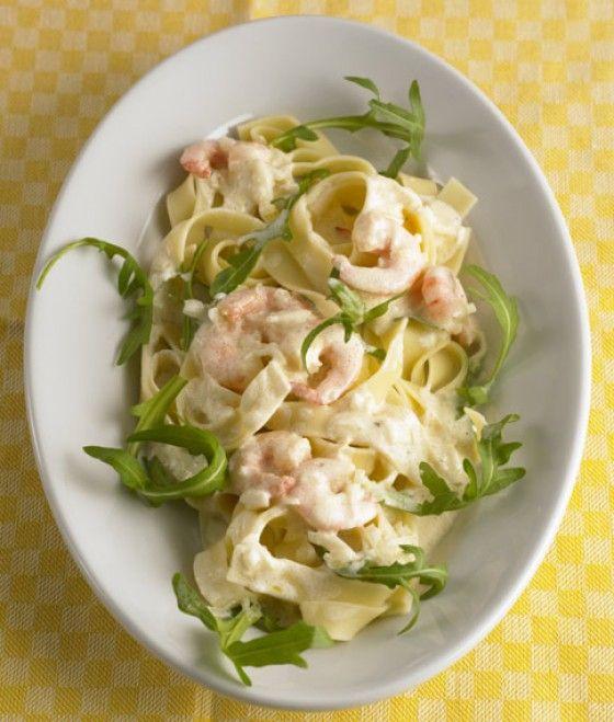 Tagliatelle mit Zitronensauce und Garnelen(scampi nicht anbraten, zwiebeln mit zitrone (hälfte)  ablöschen, cherry tomaten und pinienkerne