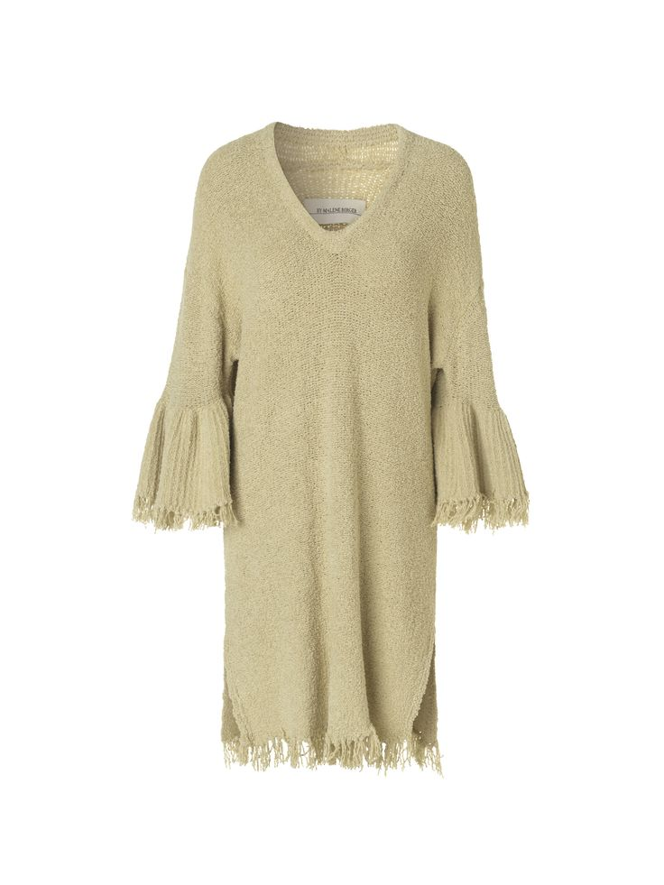 Denne løse strikkjole er skåret lige over knæet og er dekoreret med fine detaljer som klokke-formede ærmer, frynser og en dyb v-udskæring. Tag den på over dit badetøj for at gå fra stranden til baren med stil.