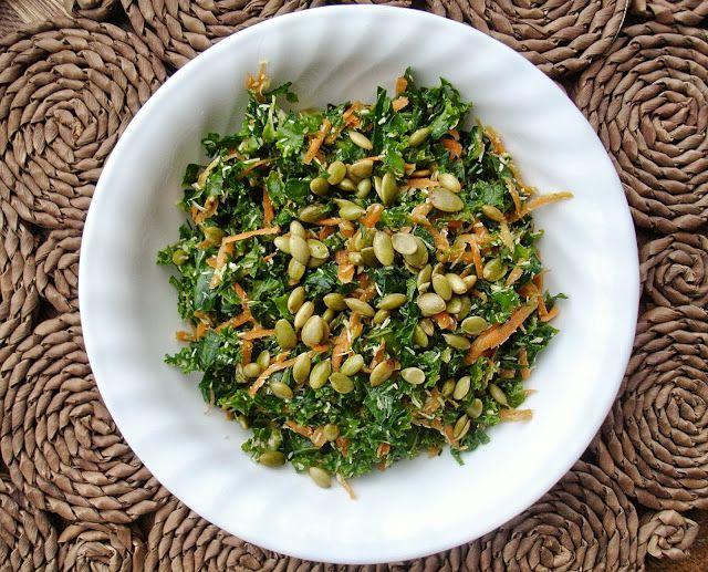 Destination santé: Salade de kale & bette à carde avec graines de citrouilles rôties