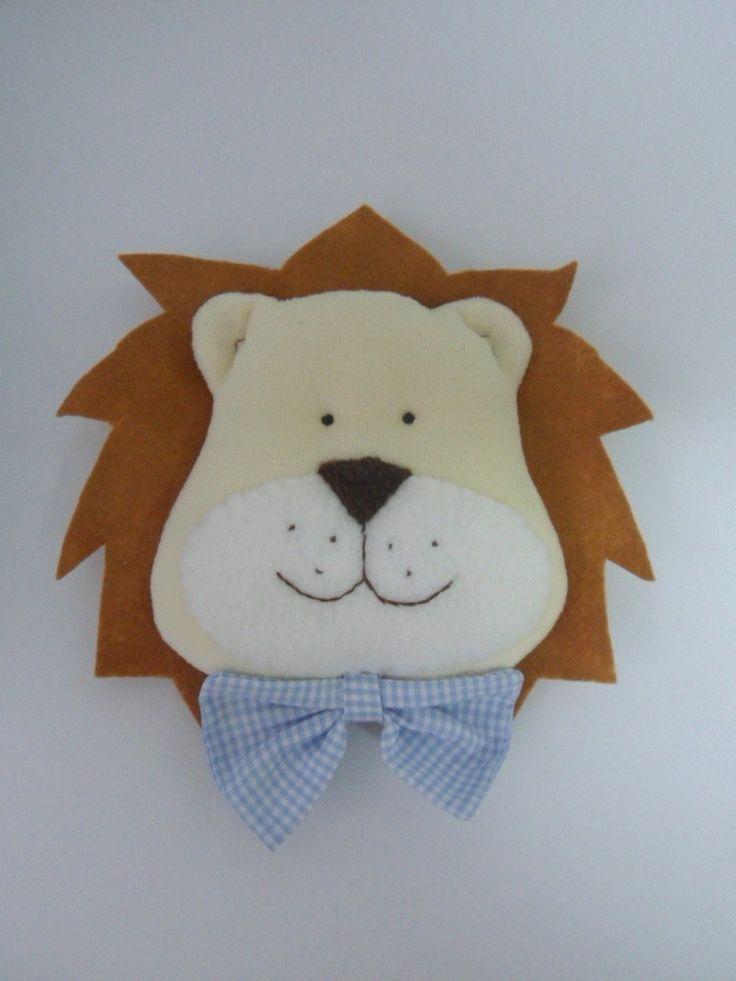 Quadro redondo em MDF, fundo forrado em tecido, resina e leão em plush com juba em feltro.  O tecido do fundo do quadrinho e a alça, podem ser em outras cores.  Veja fotos com opções de carinha de leão.