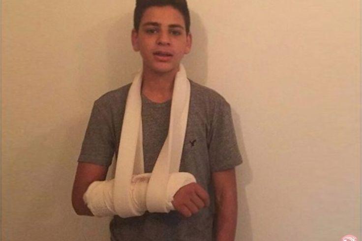 Remaja Palestina Patah Tangan Usai Ditangkap Penjajah Zionis  Fadi Rafat al-Issawi (15) menderita patah tangan dan luka memar setelah diserang dan ditangkap petugas keamanan Israel yang sedang menyamar. Foto: MEMO  LONDON Jumat (Middle East Monitor): Remaja Palestina berusia 15 tahun menderita patah tangan dan luka memar setelah diserang dan ditangkap oleh petugas keamanan Israel yang sedang menyamar di kawasan Issawiya Timur Baitul Maqdis terjajah. Fadi Rafat Al-Issawi ditahan Ahad lalu…
