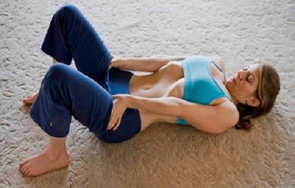 Questo semplice esercizio è molto efficace e molto diffuso tra chi pratica yoga. Ti aiuterà a rinforzare i muscoli addominali e a ridurre il giro vita in 3