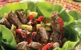 Ensalada asiática  Esta suculenta ensalada no podía estar más completa…pimientos, lechuga, pepino y bistec…una exquisita delicia.