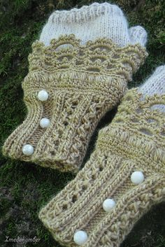Beautiful fingerless mitts! I think the buttons really make it. I love the muted colors, too, and the fuzziness of the cream yarn.