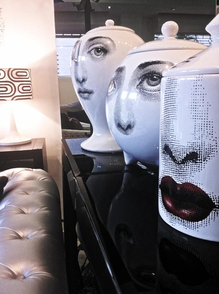 Dales un uso particular o simplemente como decoración, estos jarrones de Fornasetti le darán a tu casa el toque de personalidad que buscabas!