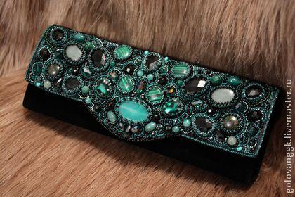 Сумочка-клатч `Emerald`. 'Emerald'....., а всё начиналось с колье, далее серьги, браслет и теперь сумочка! Получилась целая изумрудная коллекция!   Клатч выполнен в викторианском стиле..., богатый, королевский!   Его украшают различные камушки, такие…