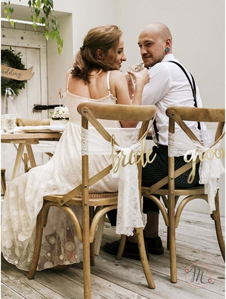 Decorazioni per sedie.  Originali decorazioni in dorato con scritto bride e groom da attaccare dietro le sedie.  Misure: 35x17 e 37x17 cm. #matrimonio #wedding #decorazioni #sedie #bride #groom #dorato #party #ceremony #nozze #allestimenti #accessori