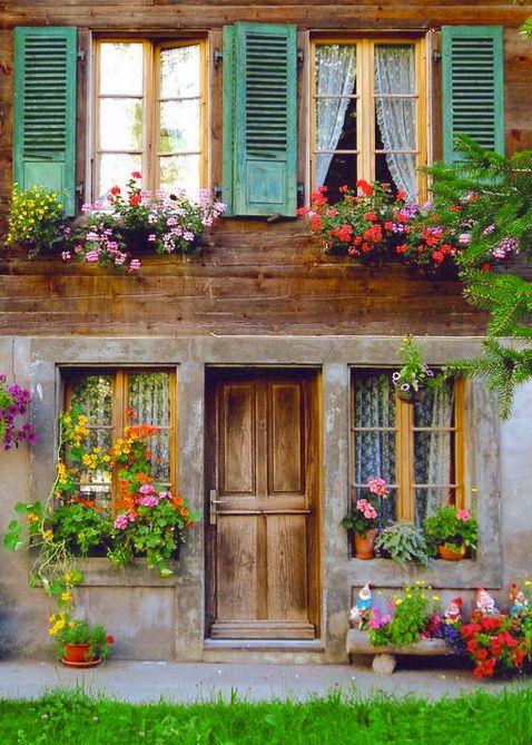 porta de madeira, janelas azuis                                                                                                                                                                                 Mais