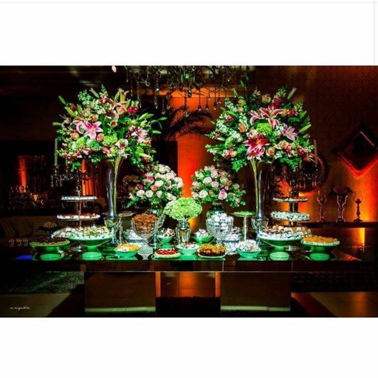 Essa foto linda é da mesa de doces que fizemos para um casamento com decoração da @arqflora e foto de @marcelo_miyashita_fotografo ❤️❤️❤️ #docesfinos #atteliededoces #carolinadarosci #sobremesa #docinhos #casamento #eventos #artesanal #feitoamao #docesgourmet #florianopolis #sweettooth #mesalinda #luxo #topcasamentos