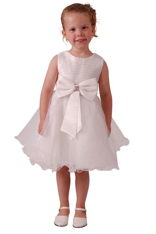 Heel lief ivoorkleurig bruidsmeisjes jurkje. Het lijfje is van een wat glimmende golvende stof. Op de taille zit een strik en een bandje bezet met strass steentjes. Over de tuille die over de rok zit zitten glittertjes. De jurk wordt aan de achterkant vast gestrikt. Tussen de baby- en de kindermaten kan een klein kleur verschil zitten.(Babymaat iets donkerder van kleur.) Productsamenstelling: 35% Katoen 65% Polyester €34,95