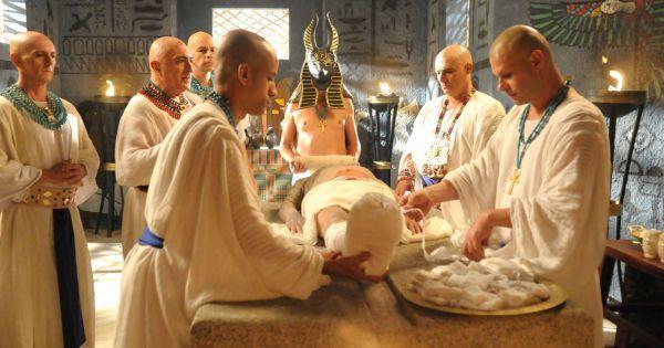 O realismo do processo de mumificação levou quatro horas para ser feito pelo maquiador Vavá Torres, que utilizou látex e algodão