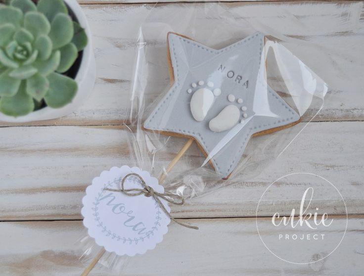 Galleta decorada para bautizo de niña!! Galletas originales con palito a modo piruleta,  de estrellas con los piececitos del bebé y con un packaging  bonito!!