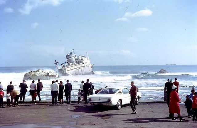 For months after the disaster it used to be a popular Sunday outing. Photo:H.J. Heyns. 1966