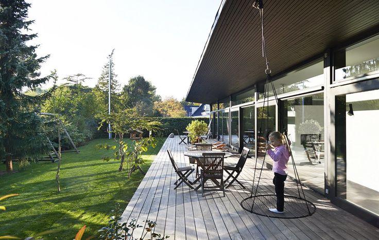 En smal stribe træ langs husets facade kan skabe en lille terrasse ...