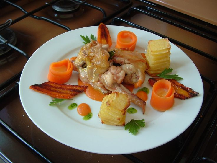 Ail  de  poulet   desossè pommes de terre carottes fourrè  de   fromage  hollandais  jus   au  tomate  et  herbes   Gino D'Aquino.