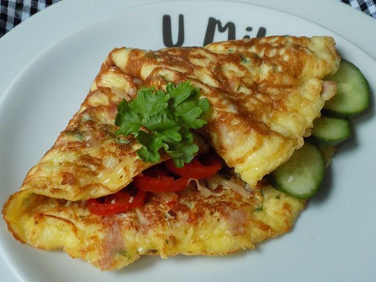 Šunku a cibulku nakrájíme na drobno, sýr nastrouháme na jemno. Vejce řádně prošleháme se smetanou a vodou.K vejcím přidáme šunku, cibulku,...
