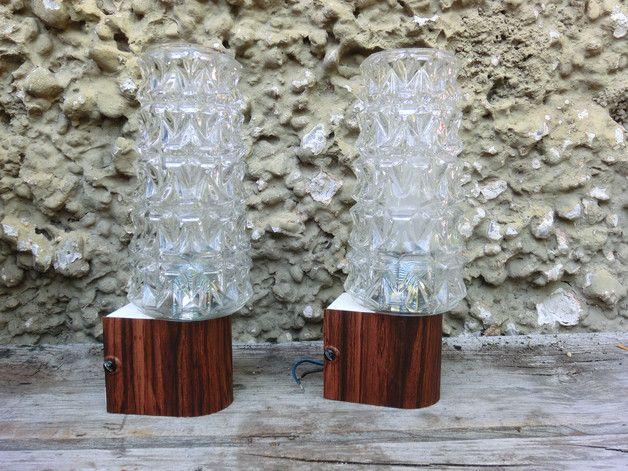 Ich biete euch hier zwei Wandlampen an. Typisch 70er.  Die Metallhalterung ist mit Holzfolie überzogen.    Das Glas hat ein bisschen rauen Rand.     Die Lampen sind ca. 23cm hoch.       **Achtung:...