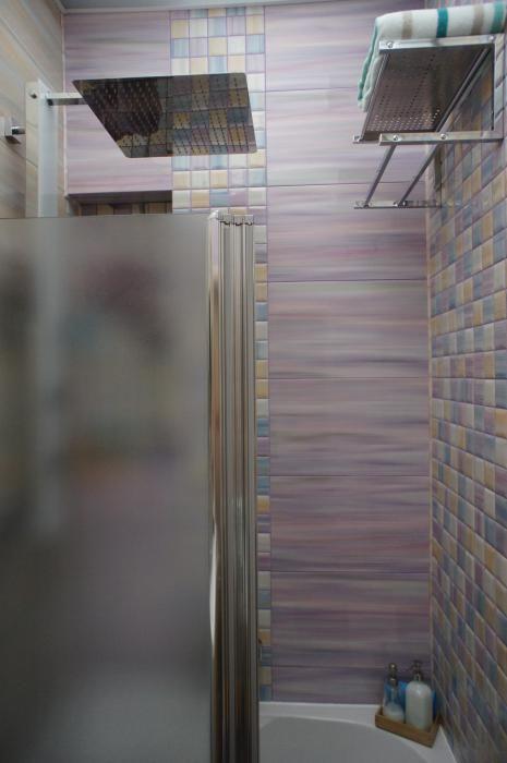 Отделка ванной комнаты, фиолетовая плитка в ванной
