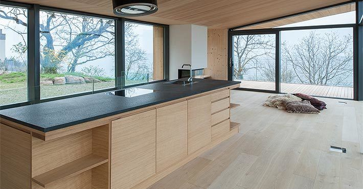 Кухня состоит из одного кухонного острова, в которые встроено все необходимое.  (архитектура,дизайн,экстерьер,интерьер,дизайн интерьера,мебель,маленький дом,минимализм,кухня,дизайн кухни,интерьер кухни,кухонная мебель,мебель для кухни) .