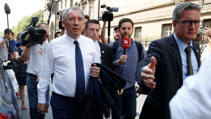 François Bayrou s'est exprimé ce mercredi à 17h lors d'une conférence de presse au siège du MoDem. Le désormais ex-ministre de la Justice a annoncé dans la matinée qu'il quittait le gouvernement alors que son parti est soupçonné d'emplois fictifs au Parlement européen. Le président du MoDem réaffirme qu'il y a jamais eu selon lui d'emplois fictifs au sein de son parti. Il estime avoir été « la véritable cible » des « dénonciations anonymes » ...