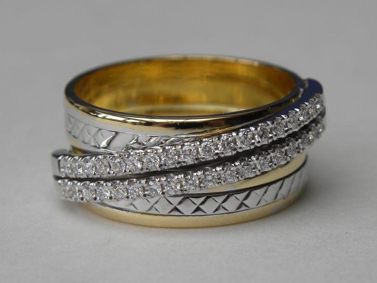 2 trouwringen tegen elkaar gesoldeerd met een dubbele rij briljanten, deze zal de 2 ringen voor eeuwig  verbinden <3