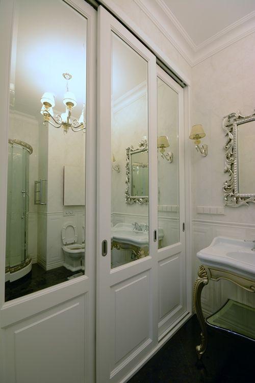 Белый деревянный зеркальный шкаф в ванной комнате. #мебельдляванной #белаямебель…