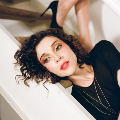 If I could have a different hair type, I would love to look like her. St. Vincent, talented and beautiful.