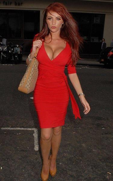 Эми ли в красном платье