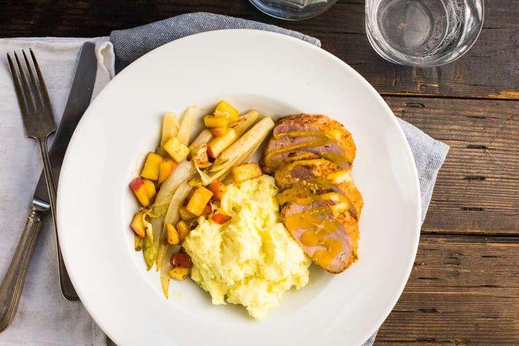 Recept voor beenham voor 4 personen. Met zout, boter, water, peper, aluminiumfolie, beenham, witlof, roomkaas, aardappel, melk, cajunkruiden, honing en perzik