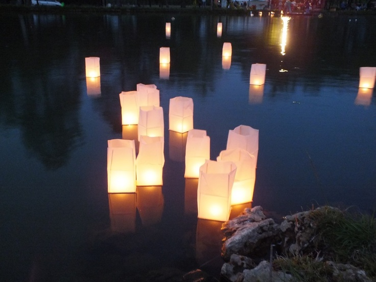 les 25 meilleures id es de la cat gorie lanternes flottantes sur pinterest lanternes de. Black Bedroom Furniture Sets. Home Design Ideas