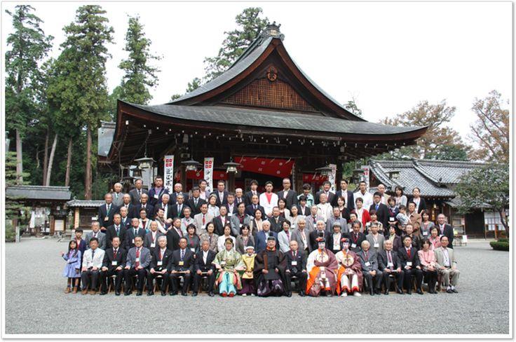 沙沙貴神社を背景にした集合写真 近江源氏祭おうみげんじさい  近江源氏祭は、10月に佐佐木源氏一族の人たちが全国より参集して、これまでの感謝と、これからの平和と繁栄をお祈りいたします。