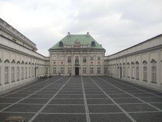 patrząc w jedną stronę: Pałac Pod Blachą