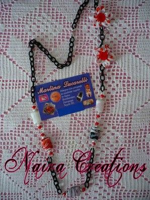 Collana con catena nera di filo, perle in ceramica, fiori di stoffa lavorati a mano e semi swarovski :-)