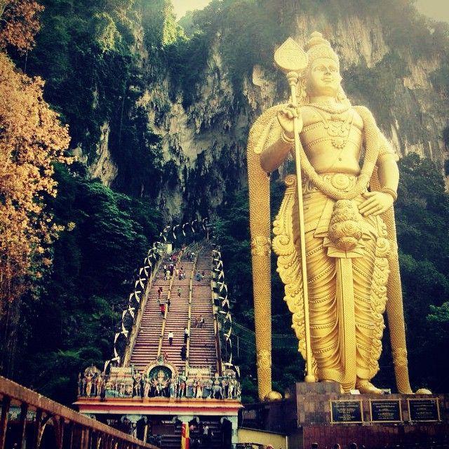 Non lontano dal centro di Kuala Lumpur, sorgono le Batu Caves, un insieme di templi induisti nascosti tra le rocce calcaree. Ad accogliere i visitatori, la gigantesca statua del Dio guerriero Lord Murugan