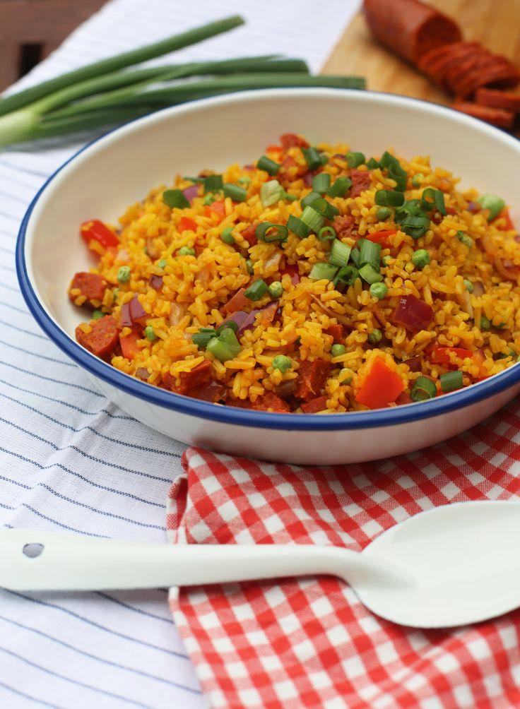 Een snelle makkelijke maaltijd. Dit recept voor gebakken rijst met chorizo is ideaal voor een doordeweekse avond en lekker snel klaar