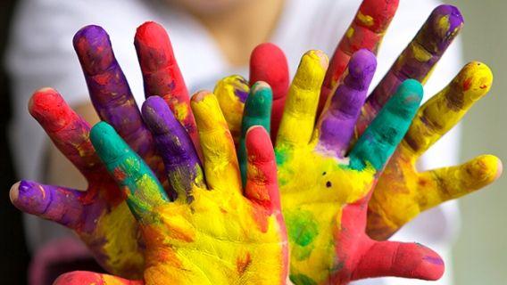 On développe la créativité des enfants tout en s'amusant avec de la peinture. Petit bouchon On garde